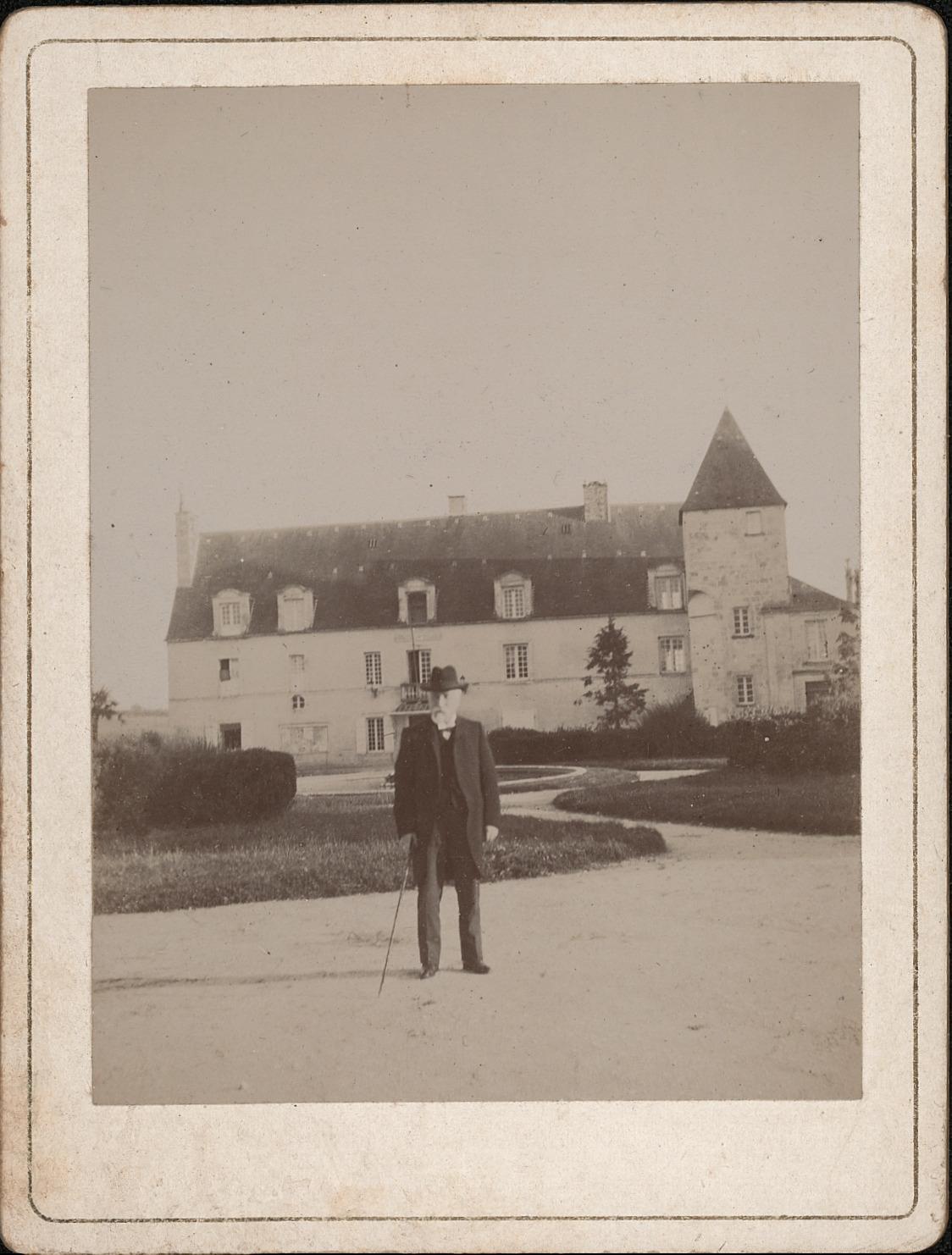 4 Emile Combes devant la mairie de Pons